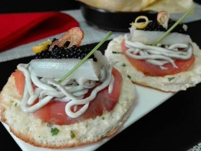Canapés de salmón y gulas